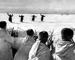 Soldados alemanes exhaustos se rinden a los rusos en el frente de Moscú.